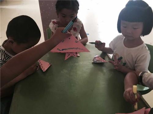 我通过看老师折纸-跟老师折纸-自己折纸三步走。活动中,几个中班年龄的幼儿在跟着老师折纸之后基本能折出双三角形来,部分能力强的小班幼儿在老师的反复指导能完成作品,在这个过程中,个别幼儿都出现了折错、乱折的情况,但是我想在这个活动中,我们应该允许幼儿犯错,同时我也发现,我们班孩子对折纸是很感兴趣的,但是对他们来说还是有难度的,是要反复练习的。